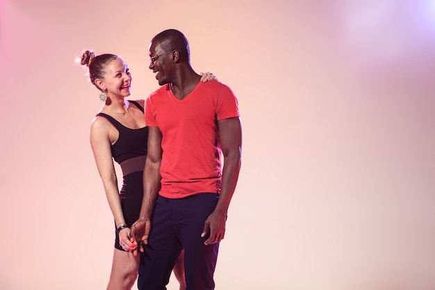 O jovem negro legal e mulher branca