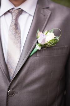 O jovem noivo no dia do casamento