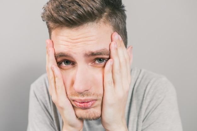 O jovem retrata emoções diferentes