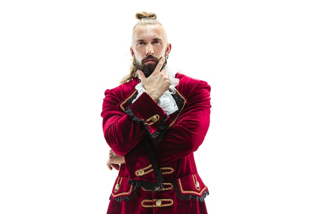 O jovem vestindo um traje tradicional medieval de marquês posando no estúdio. fantasia, antiguidade, conceito renascentista