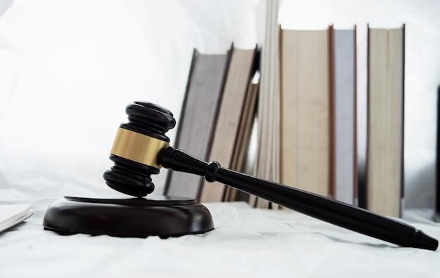O juiz de madeira martelo e tampo colocar ao lado do livro empilhados