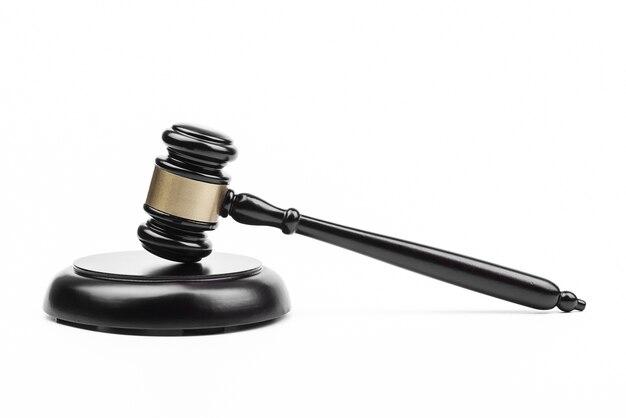 O juiz do martelo no fundo branco.