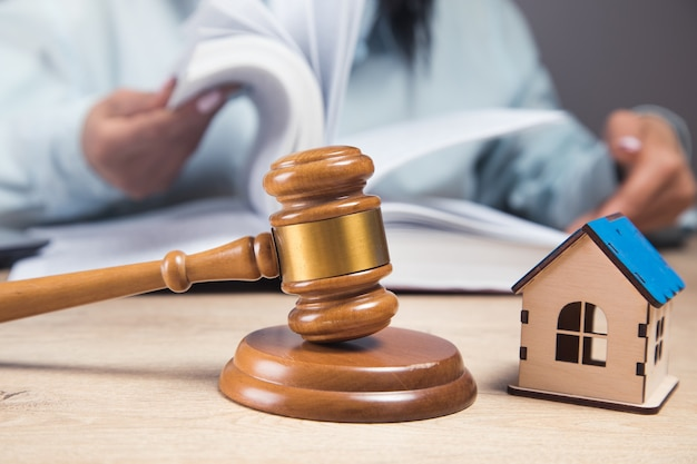 O juiz examina os dados sobre a casa. litígio de propriedade
