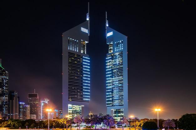 O jumeirah emirates towers, o melhor hotel urbano de dubai, está localizado no distrito comercial.
