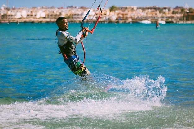 O kitesurfer nas ondas do mar vermelho. egito.