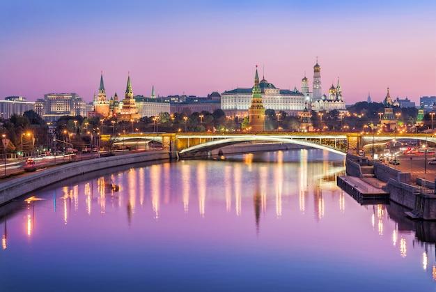 O kremlin de moscou no início da manhã sob um céu rosa