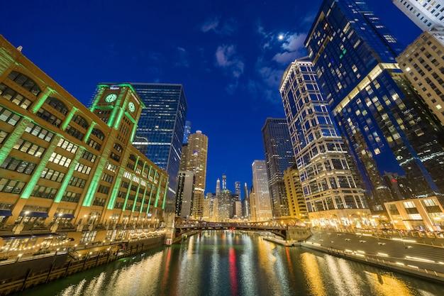 O lado do rio da cidade do riverwalk de chicago, skyline do centro dos eua, arquitetura e construção