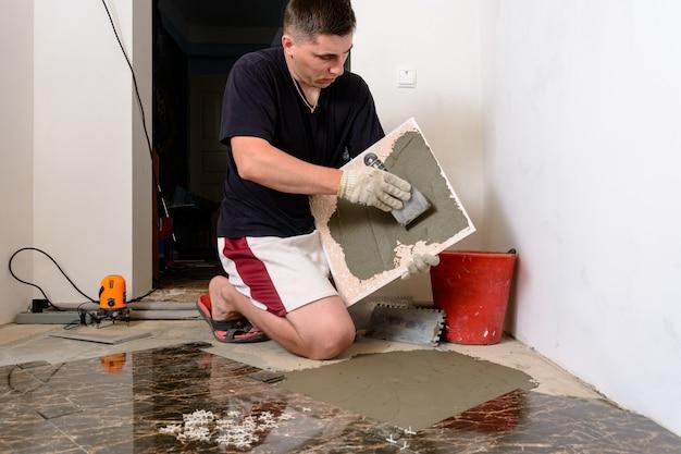 O ladrilho mestre mancha a solução de mucilagem no ladrilho de mármore