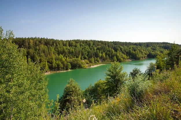 O lago artificial verde, localizado na bielorrússia