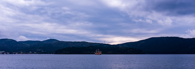 O lago ashi em hakone, japão