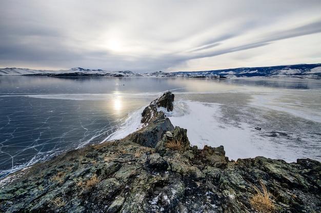 O lago baikal é um dia de inverno gelado.