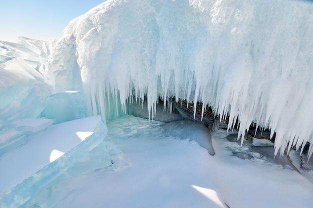 O lago baikal está coberto de gelo e neve, frio forte e gelo azul claro e espesso