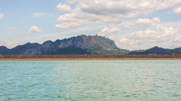 O lago bonito na represa de cheow lan dam ratchaprapha, parque nacional khao sok, tailândia