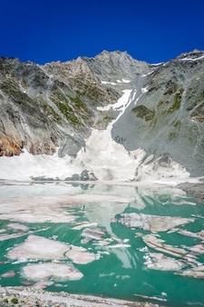 O lago da pista de gelo, lac de la patinoire no parque nacional de vanoise, savoie, alpes franceses