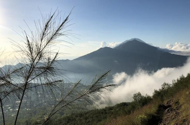 O lago e o vulcão batur estão nas montanhas centrais de bali, perto da vila kintamani