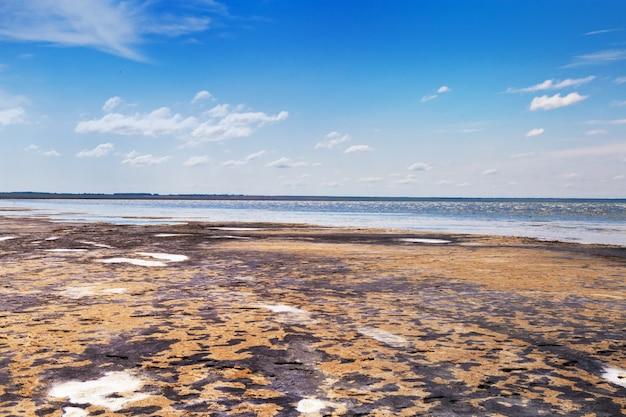 O lago ebeyty, o maior lago salgado da região de omsk (rússia), contém lama terapêutica. bela vista natural da lagoa e do céu azul. viagem no fim de semana.