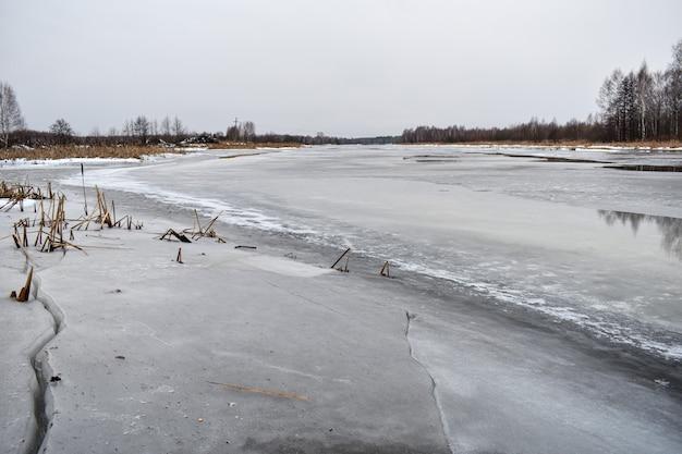 O lago fica coberto de gelo no inverno