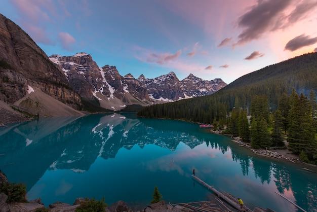 O lago moraine com lago turquesa e reflexão de montanha no céu lindo pôr do sol