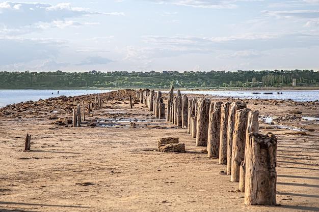 O lago morto e os velhos troncos de sal são visíveis da água