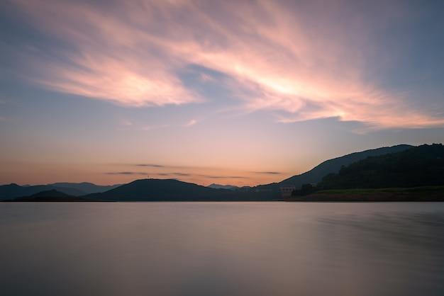 O lago noturno refletia as montanhas e o céu em ambos os lados;