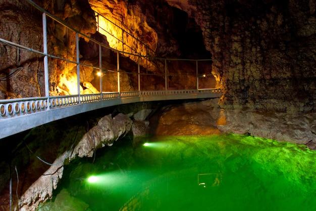 O lago subterrâneo na caverna.