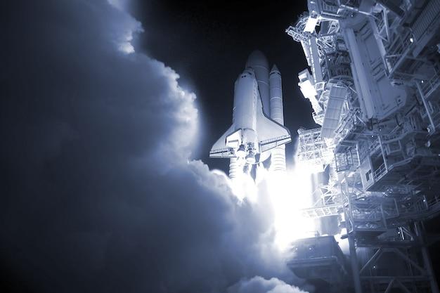 O lançamento de um foguete espacial à noite os elementos desta imagem foram fornecidos pela nasa