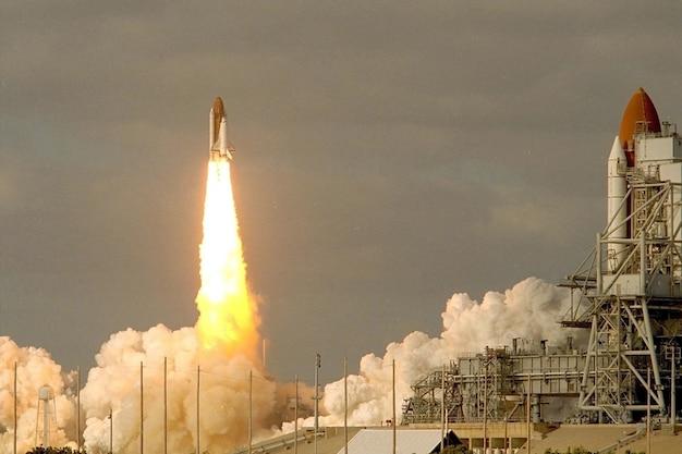 O lançamento do ônibus espacial com fumaça e fogo os elementos desta imagem foram fornecidos pela nasa