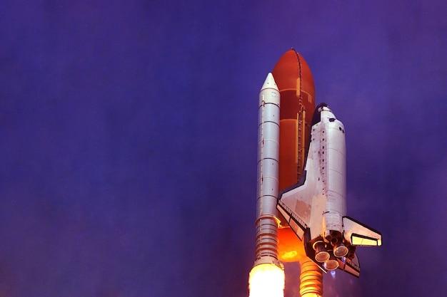 O lançamento do ônibus espacial no espaço, os elementos desta imagem foram fornecidos pela nasa