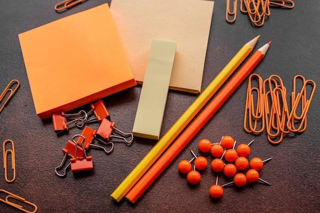 O lápis, clipes de papel e folhas para marcas estão em um desktop