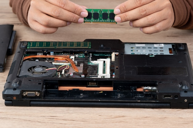 O laptop foi desmontado para reparar equipamentos internos.