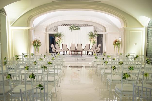 O large hotel organizou a grande cerimônia de casamento para a noiva e o noivo