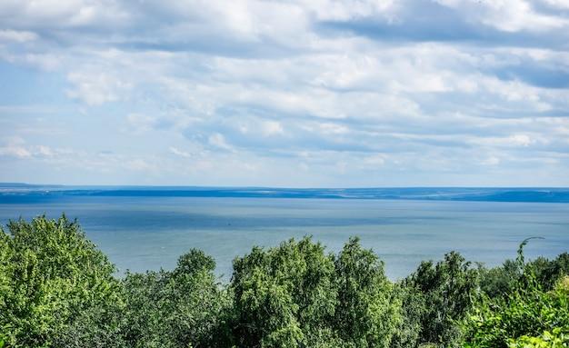 O largo rio volga, na cidade de ulyanovsk, vista superior.