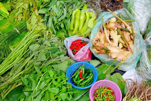 O legume fresco pôs a folha da banana no mercado local. acima vista.