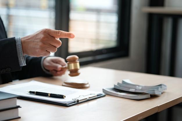 O leilão do advogado ofereceu o malho do julgamento da venda com juiz. leiloeiro derrubando a venda.