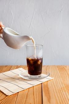 O leite é derramado no café gelado
