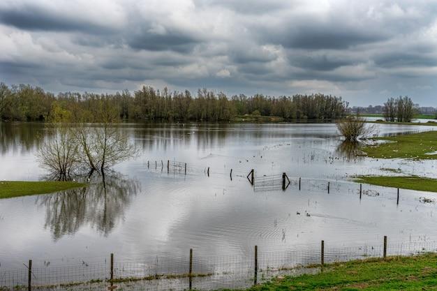 O leito do rio waal no inverno em um dia nublado