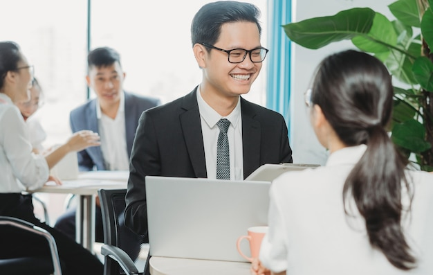 O líder da equipe de vendas está treinando novos funcionários