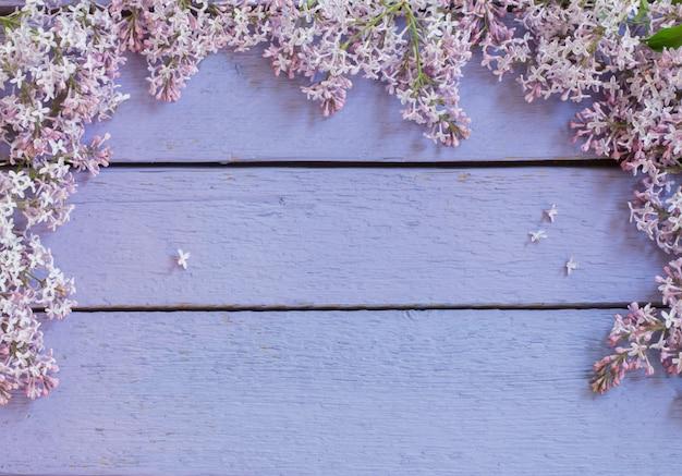O lilás bonito em um de madeira
