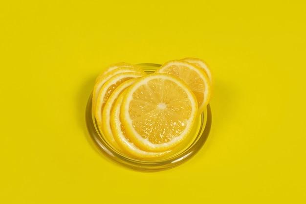 O limão cortado em uma superfície amarela