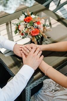 O lindo casal apaixonado de mãos dadas