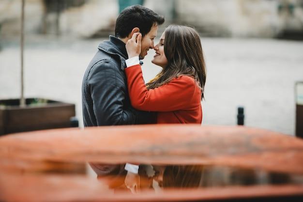 O lindo casal apaixonado se abraçando na rua