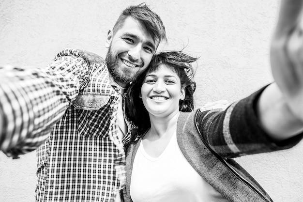 O lindo casal feliz tira selfie, foto preto e branco Foto Premium