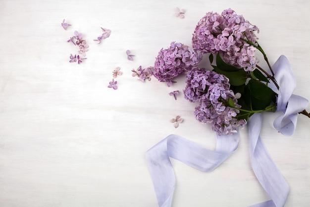 O lindo lilás em um fundo de madeira brilhante
