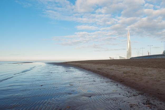 O lindo nascer do sol na praia do parque são petersburgo faz 300 anos no golfo da finlândia