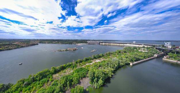 O lindo rio é cercado pela vegetação verde e fresca da cidade