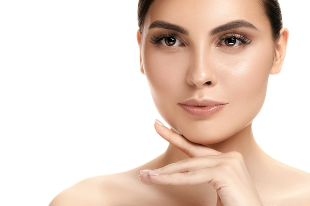 O lindo rosto feminino. a pele perfeita e limpa do rosto em branco
