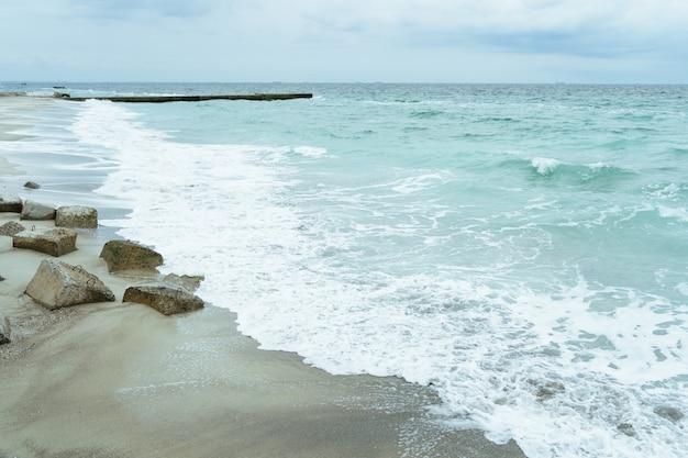 O litoral com lajes de concreto na costa