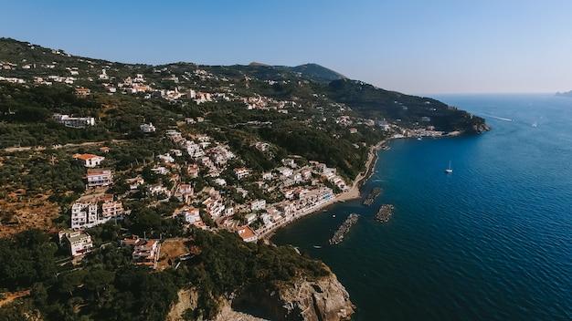 O litoral da itália é do ar perto da cidade
