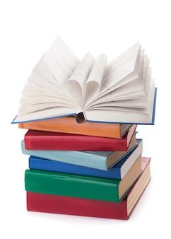 O livro abre, e a página do livro rola para o foco seletivo do coração e com uma profundidade de campo muito rasa