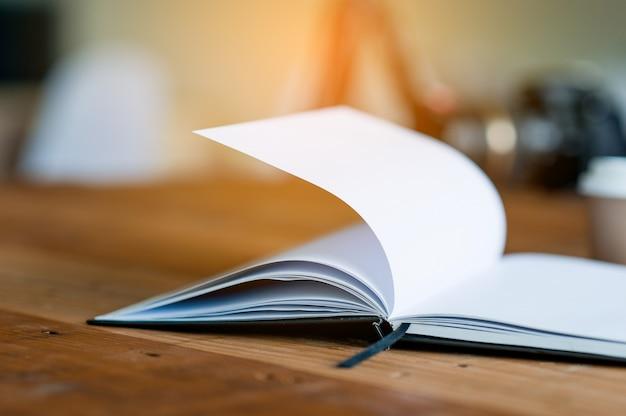 O livro é colocado em um balcão de negócios. o conceito de leitura com espaço de cópia.